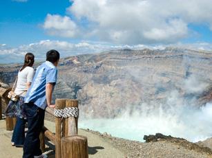 中岳火口を見学する人々